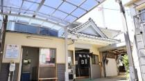 2012年の改装後も残る宮造り建築の鶴の湯外観