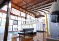 手入れの行き届いた格天井や木の床がクラシックな雰囲気を醸し出す